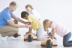 Kinder, die auf Männchen lernen lizenzfreies stockfoto