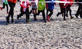 Kinder, die auf Sand laufen stockfotografie