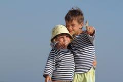 Kinder, die auf Sandstrand spielen Stockfotografie