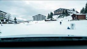 Kinder, die auf Skisteigung spielen stock video