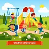 Kinder, die auf Spielplatz spielen Schwingen und Schieben Stockfotos