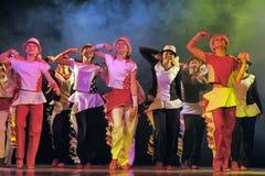 Kinder, die auf Stadium tanzen Stockbild