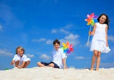 Kinder, die auf Strand spielen Lizenzfreie Stockfotografie