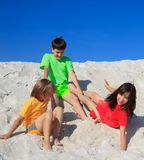 Kinder, die auf Strand spielen Lizenzfreies Stockfoto