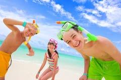 Kinder, die auf Strand spielen Stockbilder