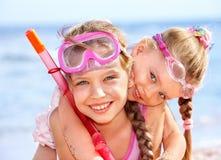 Kinder, die auf Strand spielen. Lizenzfreies Stockfoto