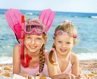 Kinder, die auf Strand spielen. Lizenzfreie Stockfotografie