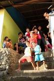 Kinder, die auf Treppe in Manado aufwerfen Lizenzfreie Stockfotografie