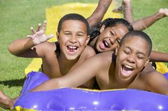 Kinder, die auf Wasser schieben Stockbild