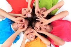 Kinder, die aus den Grund legen Stockfotos