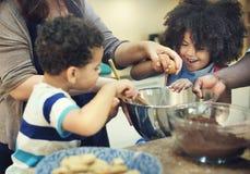 Kinder, die Backen-Plätzchen-Küchen-Konzept kochen stockfoto