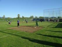 Kinder, die Baseball spielen Stockbild