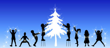 Kinder, die Baum verzieren Stockfotografie