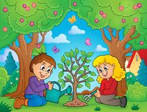 Kinder, die Baumthemabild 2 pflanzen Stockfotos