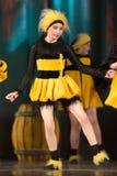 Kinder, die in Bienenkostüme tanzen Lizenzfreie Stockfotografie