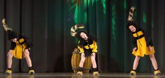 Kinder, die in Bienenkostüme tanzen Lizenzfreies Stockbild