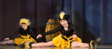 Kinder, die in Bienenkostüme tanzen Stockbilder