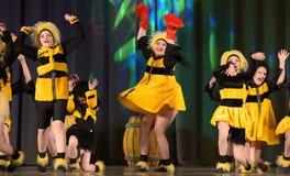 Kinder, die in Bienenkostüme tanzen Lizenzfreie Stockbilder