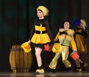 Kinder, die in Bienenkostüme tanzen Stockfoto