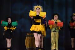 Kinder, die in Bienenkostüme tanzen Stockbild
