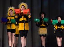 Kinder, die in Bienenkostüme tanzen Lizenzfreie Stockfotos