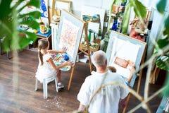 Kinder, die Bilder in Art Studio malen Lizenzfreie Stockbilder