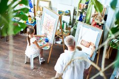 Kinder, die Bilder in Art Studio malen Stockbild