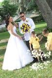 Kinder, die Blumenblätter werfen stockbilder