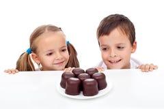 Kinder, die Bonbons sich sehnen Lizenzfreies Stockfoto