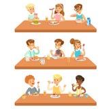 Kinder, die Brekfast und Mittagessen-Lebensmittel essen und die alkoholfreien Getränke eingestellt von den Zeichentrickfilm-Figur stock abbildung