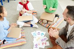 Kinder, die Buchstaben in der Schule lernen stockbild