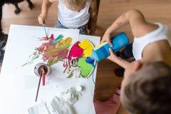 Kinder, die bunte Farben beim Malen mischen Stockfotos