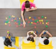 Kinder, die bunte Spielwaren spielen stockbild