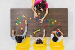 Kinder, die bunte Spielwaren spielen stockbilder