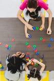 Kinder, die bunte Spielwaren spielen lizenzfreies stockbild