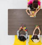 Kinder, die bunte Spielwaren spielen lizenzfreie stockbilder