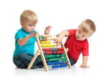 Kinder, die bunten Abakus oder Zähler spielen Lizenzfreie Stockbilder