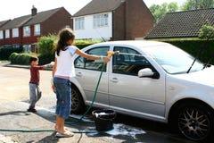 Kinder, die das Auto waschen Stockfotografie