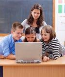 Kinder, die das Internet surfen Lizenzfreie Stockbilder