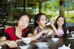 Kinder, die das Mittagessen warten Stockfotos