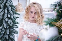 Kinder, die das neue Jahr und auf das Weihnachten warten Nettes wenig gir lizenzfreie stockfotos