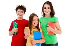 Kinder, die das OKAYzeichen getrennt auf weißem Hintergrund zeigen Lizenzfreies Stockbild