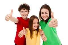 Kinder, die das OKAYzeichen getrennt auf weißem Hintergrund zeigen Stockfotos