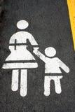 Kinder, die das Verkehrsschild lokalisiert auf Straße kreuzen Stockfoto