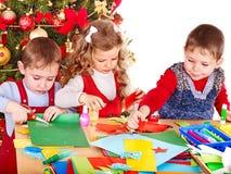 Kinder, die Dekoration für Weihnachten machen. Lizenzfreies Stockbild