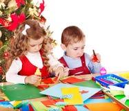 Kinder, die Dekoration für Weihnachten machen. Lizenzfreie Stockfotos
