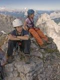 Kinder, die in den Bergen in den Alpen wandern Stockbild