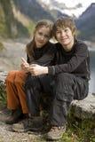 Kinder, die in den Bergen wandern Lizenzfreie Stockfotos