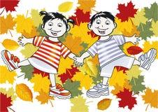 Kinder, die in den Blättern spielen Stockfoto
