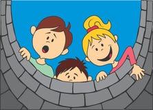 Kinder, die den Brunnen untersuchen Stockfotos